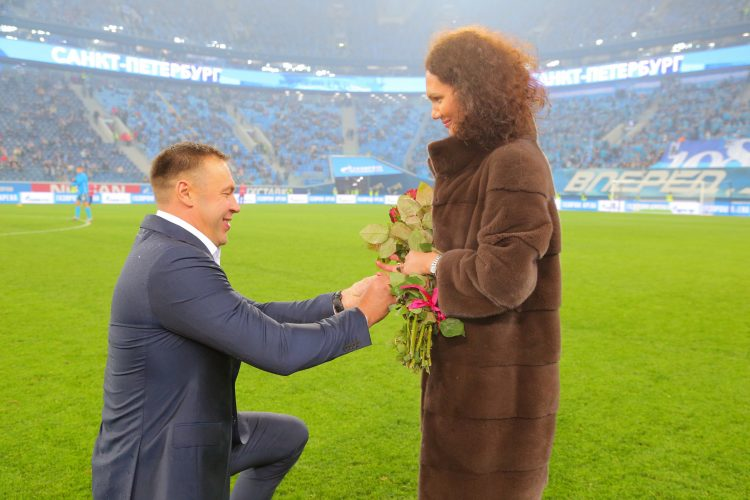 На матче Зенит-Локомотив петербуржец сделал предложение руки и сердца своей возлюбленной